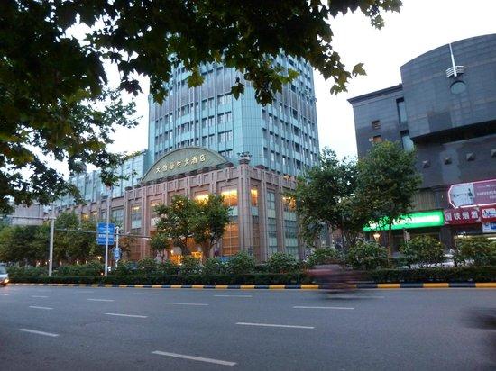 Howard Johnson Plaza Guiyang : Hotel from across the road
