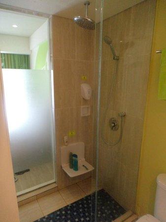MaxOneHotels at Bukit Jimbaran: Shower area