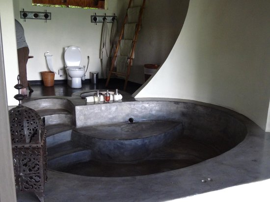Mfuwe Lodge - The Bushcamp Company: The bath at Kapamba River camp