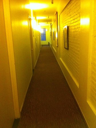 Astor on the Park: Narrow Hallway