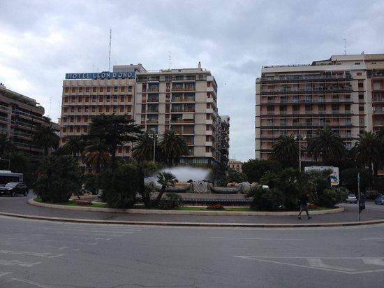 Grand Hotel Leon d'Oro: Piazza della stazione, l'hotel è sullo sfondo