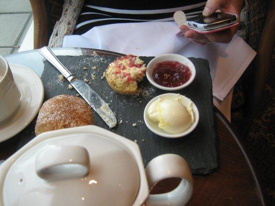 Hallmark Hotel Bournemouth Carlton: scones mmmmmmmmmmmmmmm