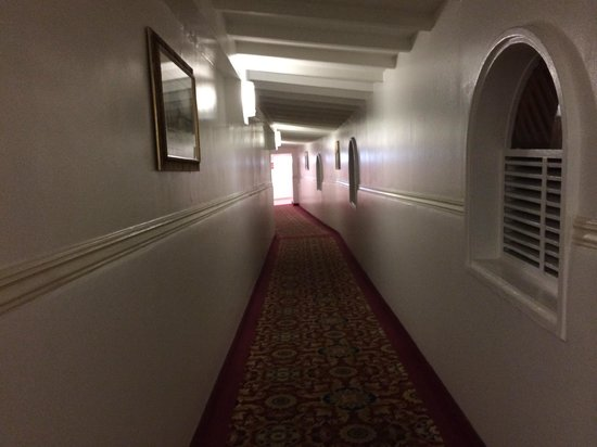 Sonesta Great Bay Beach Resort, Casino & Spa: Dated hallway