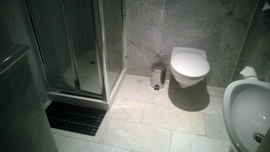 Radisson Blu Edwardian Kenilworth Hotel : Bathroom..... 2* quality