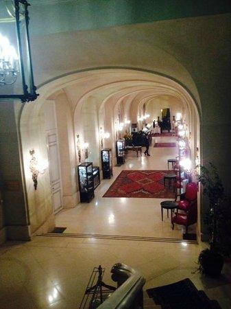 Chateau d'Artigny : Entrata vista dalle scale
