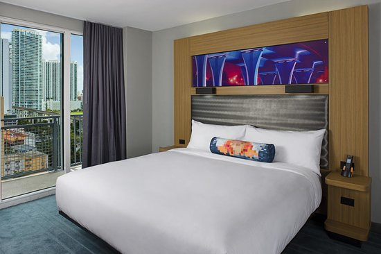 Aloft Miami Brickell: Rest in style in our King Suite with Balcony