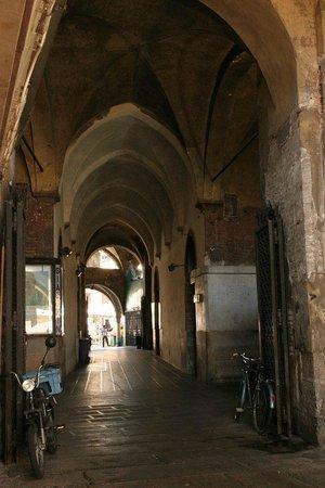 Palazzo della Ragione: The cover market under the Palace