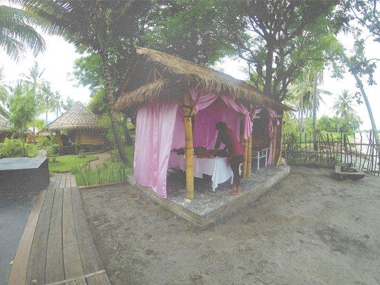 Rinjani Beach eco resort : massage by the beach
