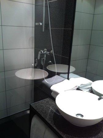 Motel One Edinburgh-Royal: Nice bathroom