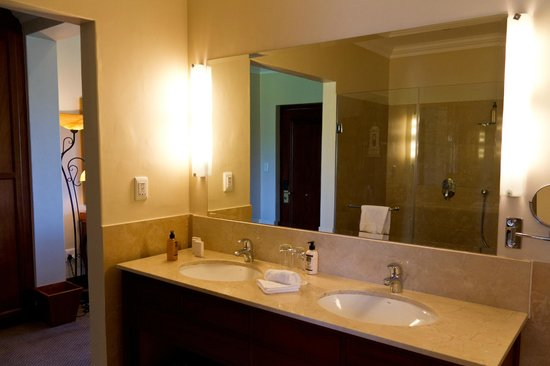 Asara Wine Estate & Hotel: Clean, new, spacious and equipped bathroom.