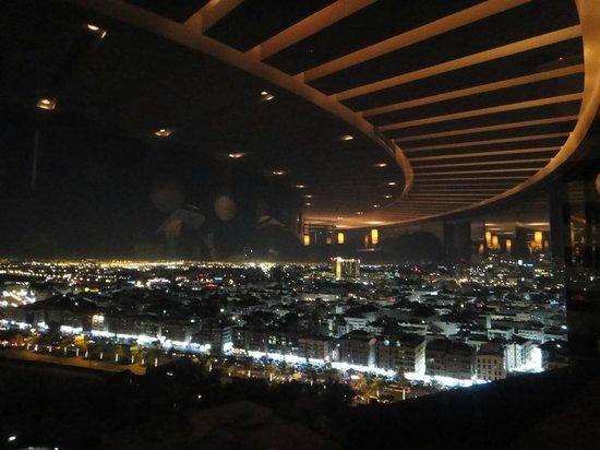 Al Dawaar: Spiegelung des Restaurants mit Aussicht