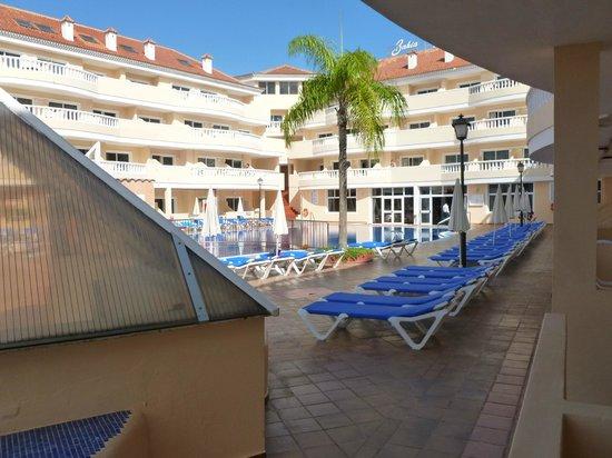 IBH Hotel Bahia Flamingo : Liege vor dem Pool im Innenhof