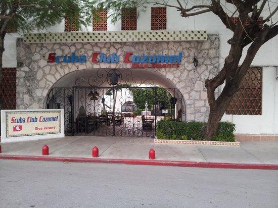 Scuba Club Cozumel: front gate to resort