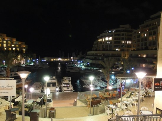 Zeri's Restaurant: Zeri Restaurant to the right - great views over marina