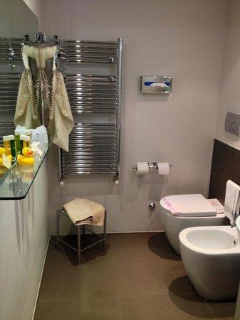 Abano Ritz Terme: Una delle due stanze da bagno nella mia camera design numero 515