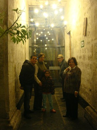 Su Majestad Hotel: Entrance of the hotel....everybody ready to go out for dinner!