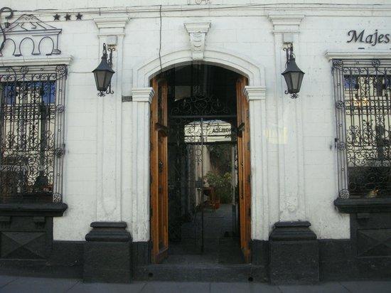 Su Majestad Hotel: Facade