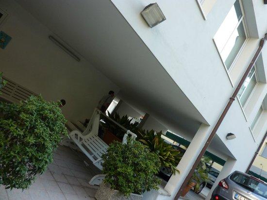 Hotel Baia Bianca: Парковка