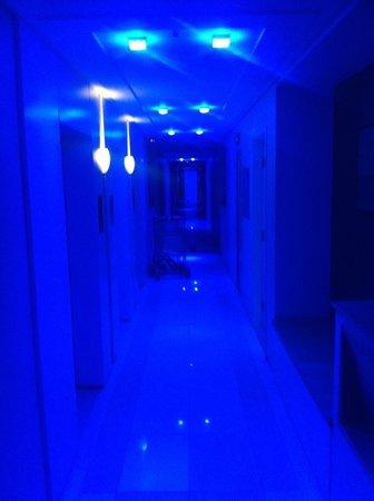 Go Inn Manaus : Corredores do hotel com iluminação padrão balada