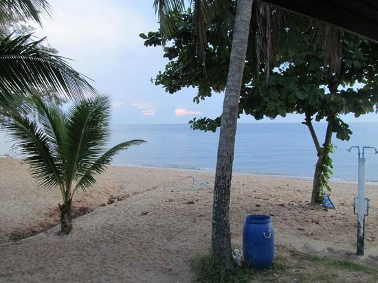 Malai Asia Resort: Beach with showers