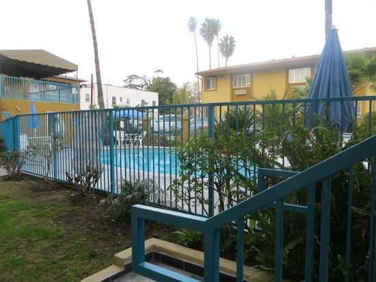 Hollywood City Inn : Outside with pool area