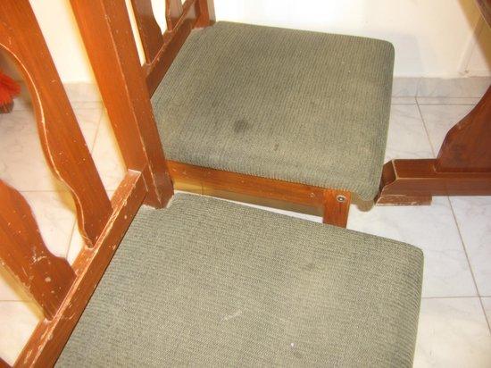 Complejo Sol de Patagonia : sillas manchadas