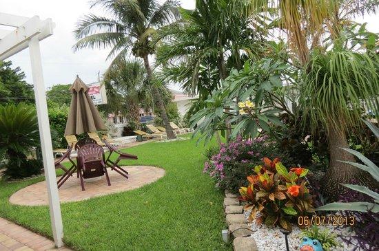 Breakaway Inn: jardim da Piscina