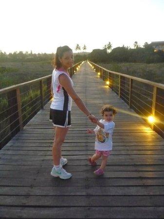 Grand Palladium Imbassai Resort & Spa: Paseo por la pasarela hasta la playa