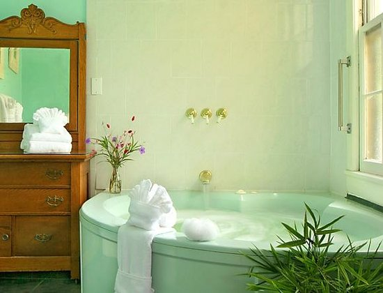 St. Francis Inn Bed and Breakfast : Whirlpools in many rooms