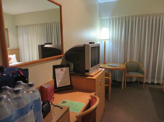 Desert Gardens Hotel, Ayers Rock Resort: テレビと椅子