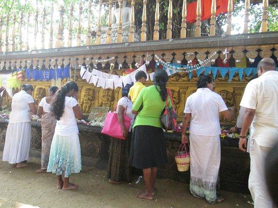 Kelaniya Raja Maha Vihara: some rituals
