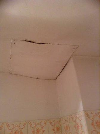 Hotel Cortina: techo del baño