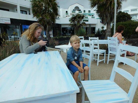 Nud d'Naplun: Stoliki z widokiem na zatokę