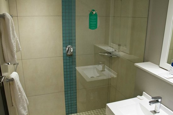Protea Hotel Sea Point: Banheiro apertadíssimo.