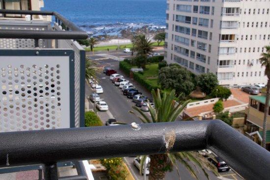Protea Hotel by Marriott Cape Town Sea Point: Varanda com cocô de pássaro.