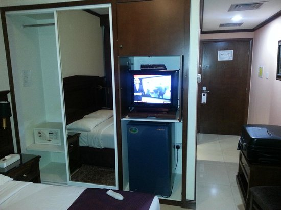 Admiral Plaza Hotel: armadio ,,tv e frigo