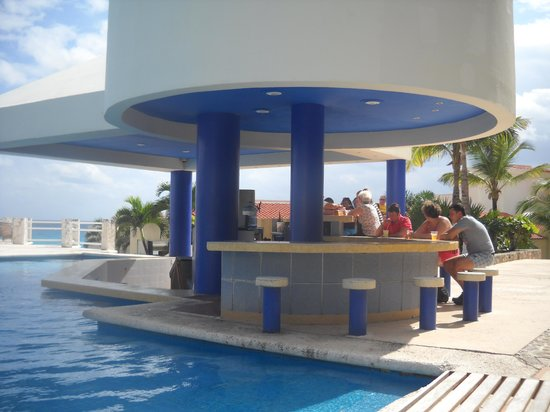 Solymar Cancun Beach Resort: Barra de la pileta