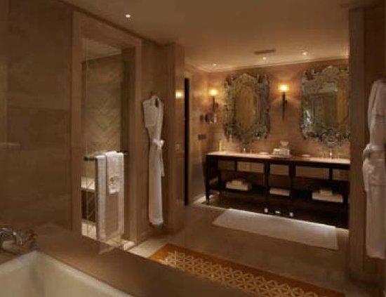 The Leela Palace Udaipur: bathroom