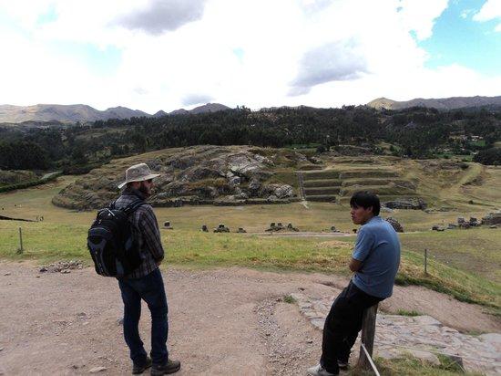 Sacsayhuamán: Ao fundo local de onde se retiravam as rochas para construção do templo.