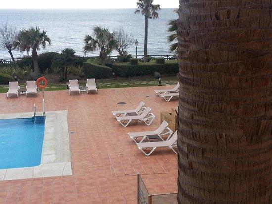 Gran Hotel Elba Estepona & Thalasso Spa: Side view of outdoor pool