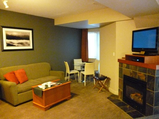 Summit Lodge Boutique Hotel: living area of the room