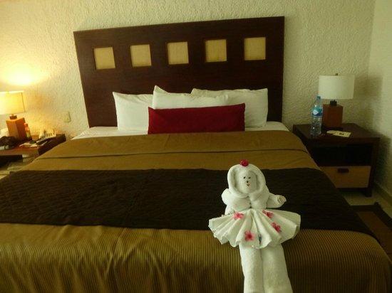El Cid La Ceiba Beach Hotel: Room with origami towel :P