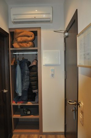 Hostal Centric: Wardrobe with extra blankets