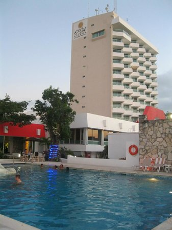 El Cid La Ceiba Beach Hotel: Hotel view from pool