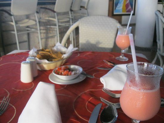 El Cid La Ceiba Beach Hotel: Dining with two for one cocktails