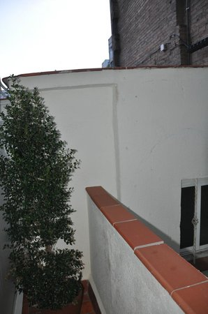 Hostal Centric: Balcony overlooking the wall