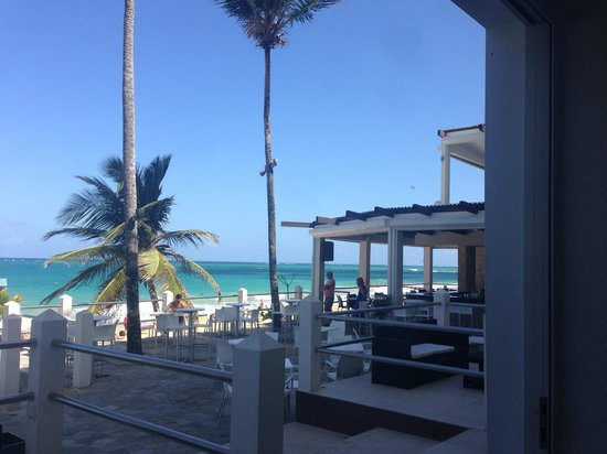 Atlantic Beach Hotel : View of the beach and bar / outdoor area