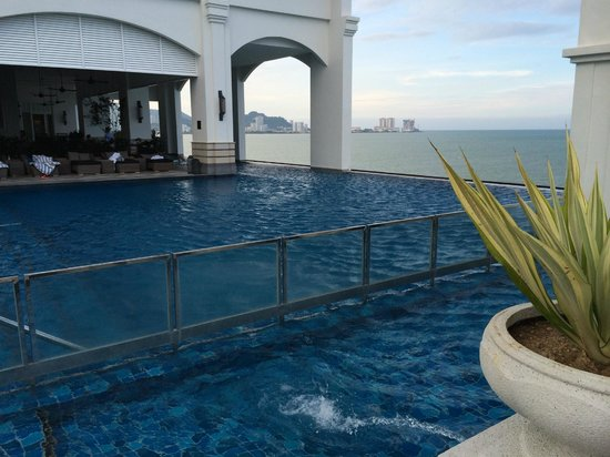 Eastern & Oriental Hotel: Infinity Pool located in 7th floor of Victory Annex