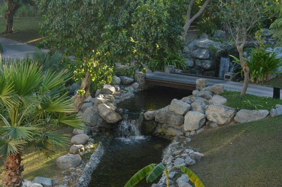 JA Palm Tree Court: Waterfalls around the hotel area