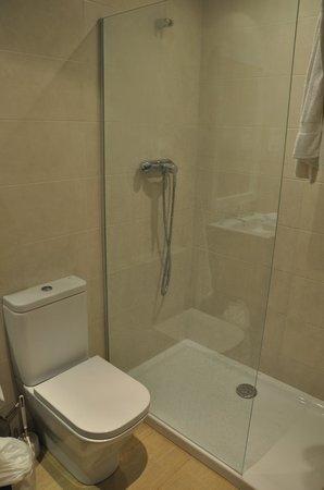 Hostal Centric: Shower